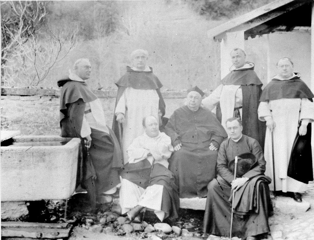 Promenade des professeurs dominicains à la Maigrauge vers 1895. Debout, de gauche à droite: les PP. Fritsch, Berthier, Coconnier, Michel. Assis, de gauche à droite: le P. Mandonnet, le P. Billet (rédemptoriste, aumônier de la Maigrauge), l'abbé Morel (chancelier).